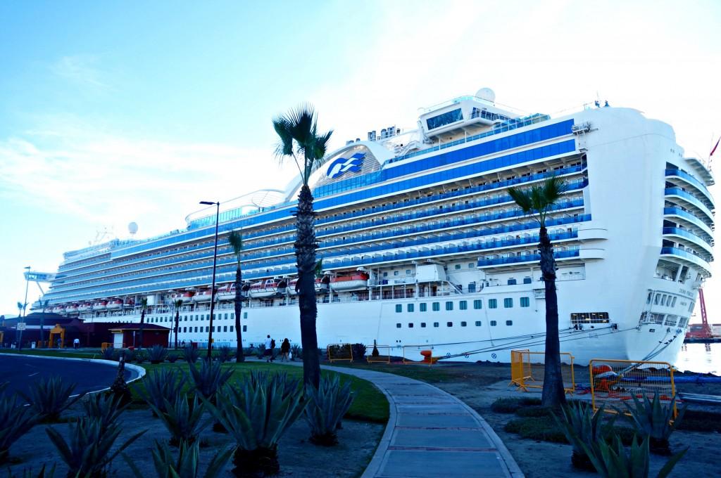 Crucero Crown Princess anclado en el Puerto de Ensenada