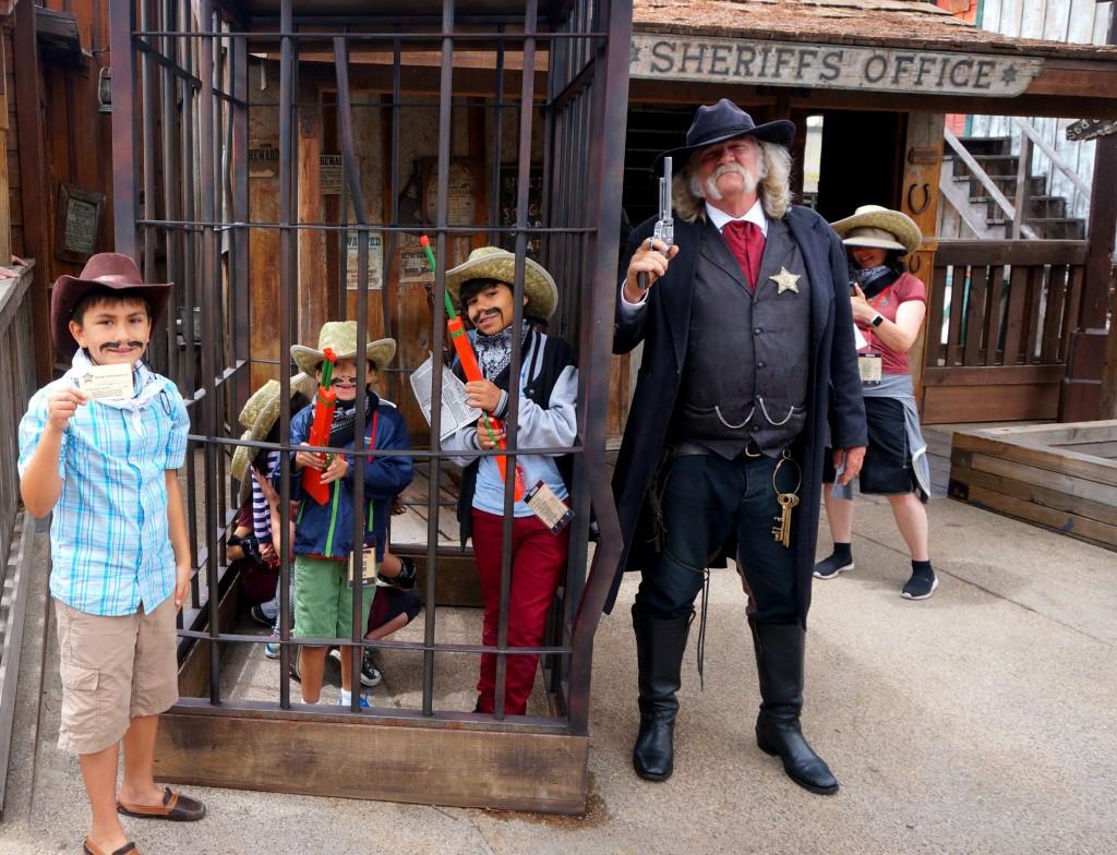 cumpliendo-las-labores-con-el-sheriff-de-ghost-town-alive-de-knotts