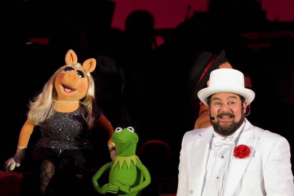 Mis Piggy y Kermit the Frog con el anfitrión del show Bobby Moynihan. (Craig T. Mathew / Mathew Imaging)