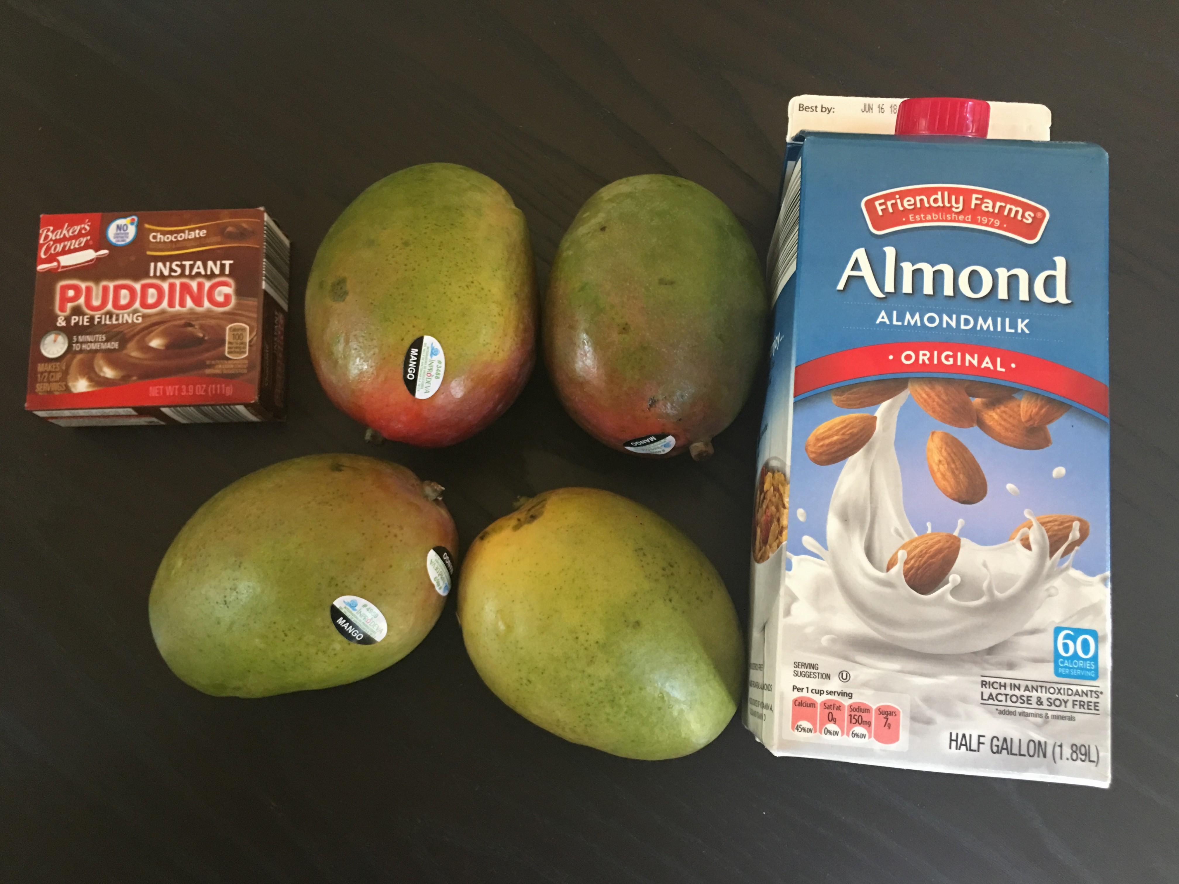 Postre con chocolate y mangos