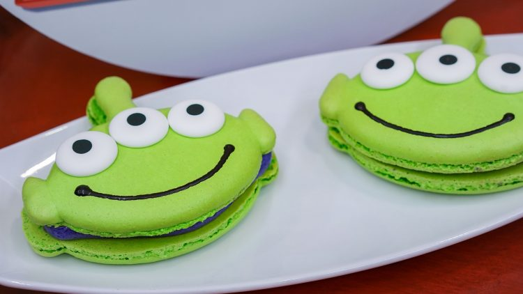 pixarfest_green-little-green-men-macaroon_030918_01017dn-750x422