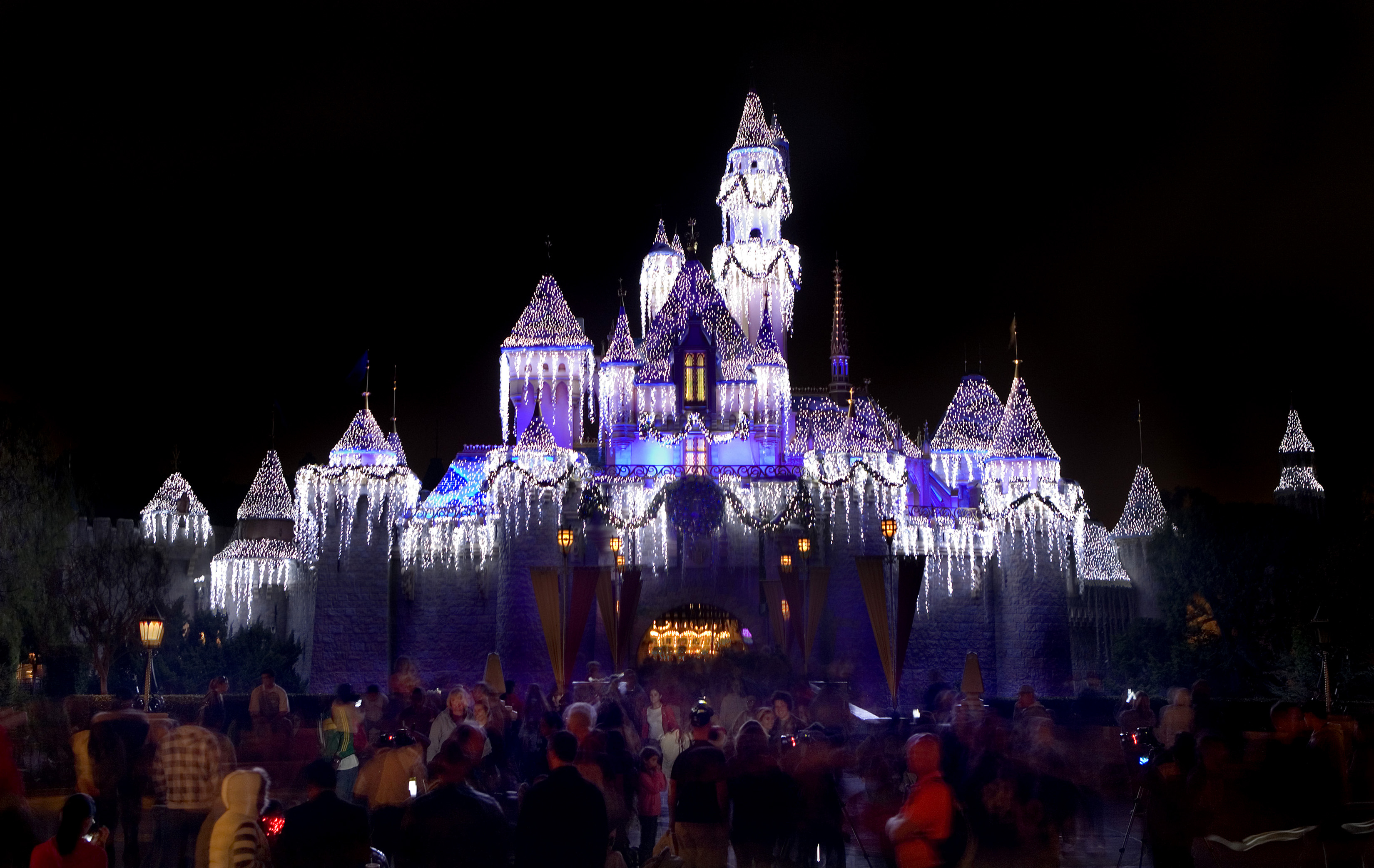 "HOLIDAYS AT THE DISNEYLAND RESORT (ANAHEIM, Calif.) – The Disneyland Resort is a magical place for creating holiday memories with family and friends. Holidays at the Disneyland Resort returns Nov. 9, 2018 through Jan.6, 2019, featuring seasonal offerings that include Sleeping Beauty's Winter Castle, Festival of Holidays, and ""Believe … in Holiday Magic"" fireworks spectacular, plus guest favorites including ""it's a small world"" Holiday and Haunted Mansion Holiday. (Paul Hiffmeyer/Disneyland Resort)"