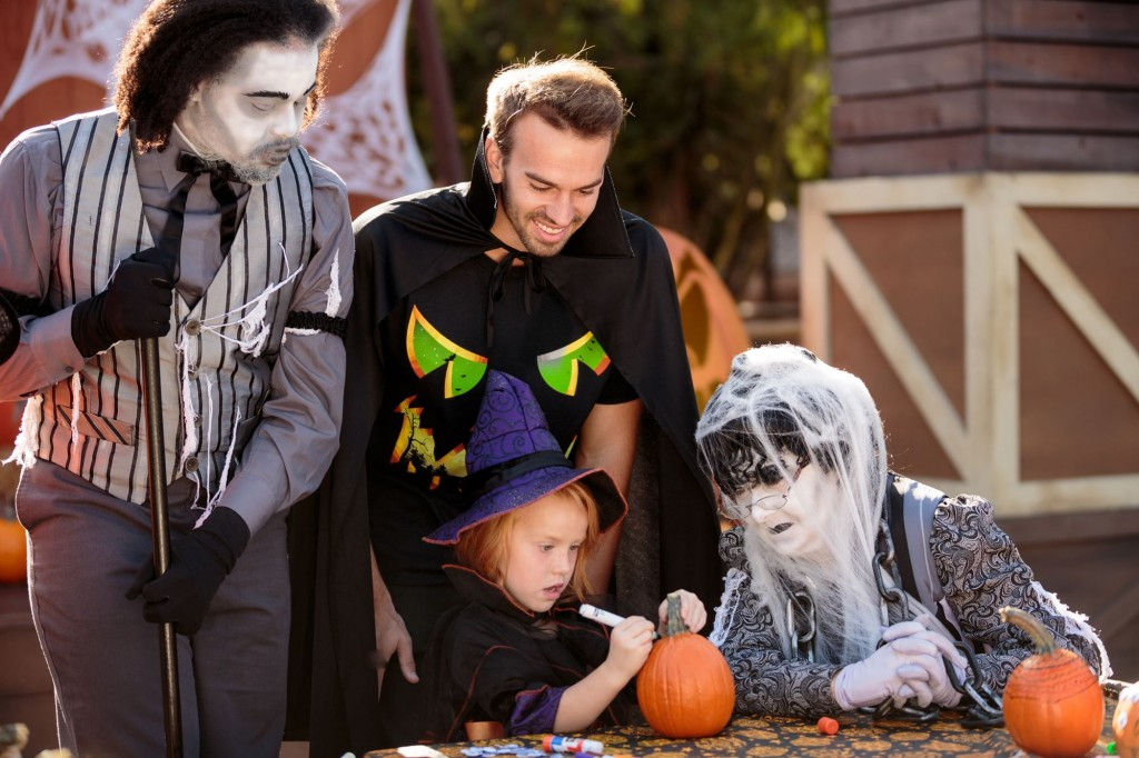 knotts_berry_farm_spooky_farm_zombies_with_dad_and_daughter_coloring_pumpkins