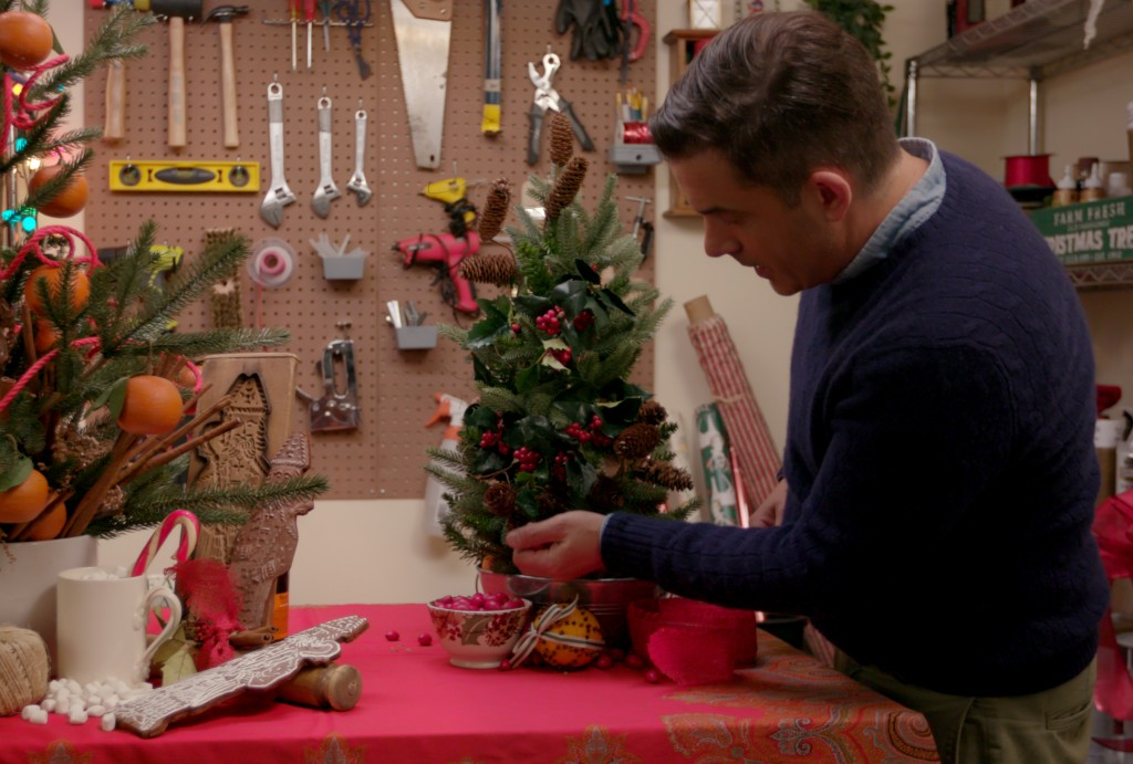 holidayhomemakeoverwithmr-christmas_season1_episode2_00_19_58_19_rc